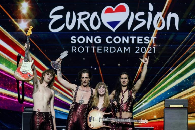 O grupo italiano Maneskin com seu troféu após ganhar a final da 65ª edição do Festival de Eurovision 2021