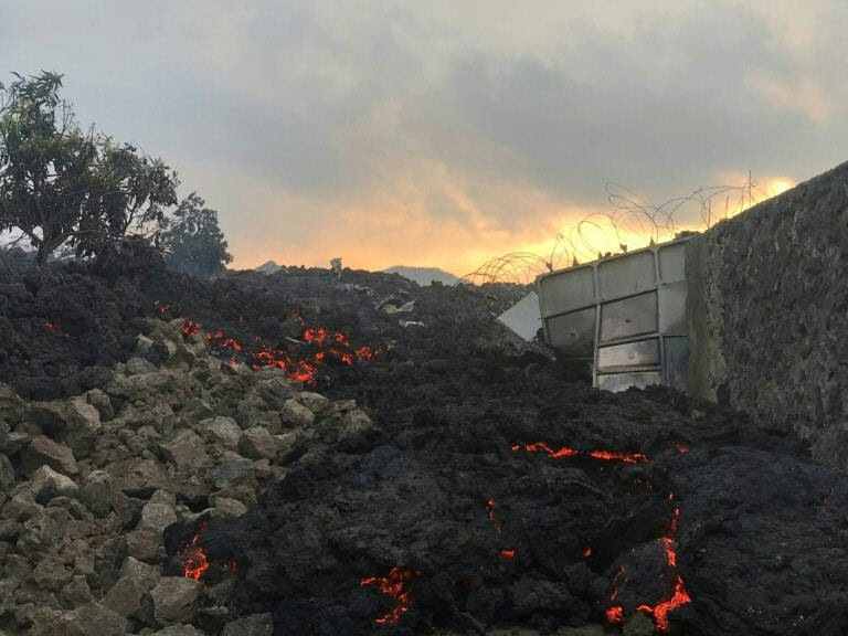Rio de lava do vulcão Nyiragongo na República Democrática do Congo nos portões de Goma