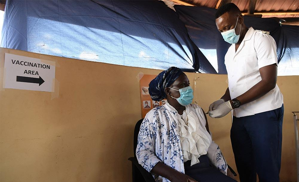 OMS estima que a lenta vacinação em alguns países pode prolongar a pandemia.