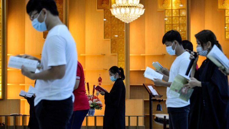 Devotos budistas rezam no Dia do Vesakh na Indonésia