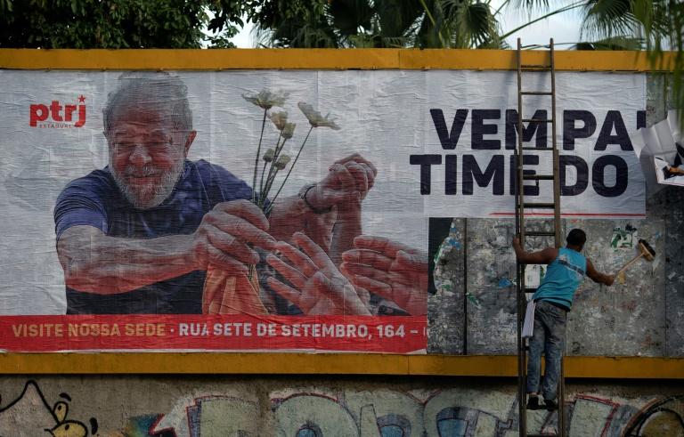 Homem instala outdoor em apoio ao ex-presidente Luiz Inácio Lula da Silva no Rio de Janeiro, em 29 de abril de 2021