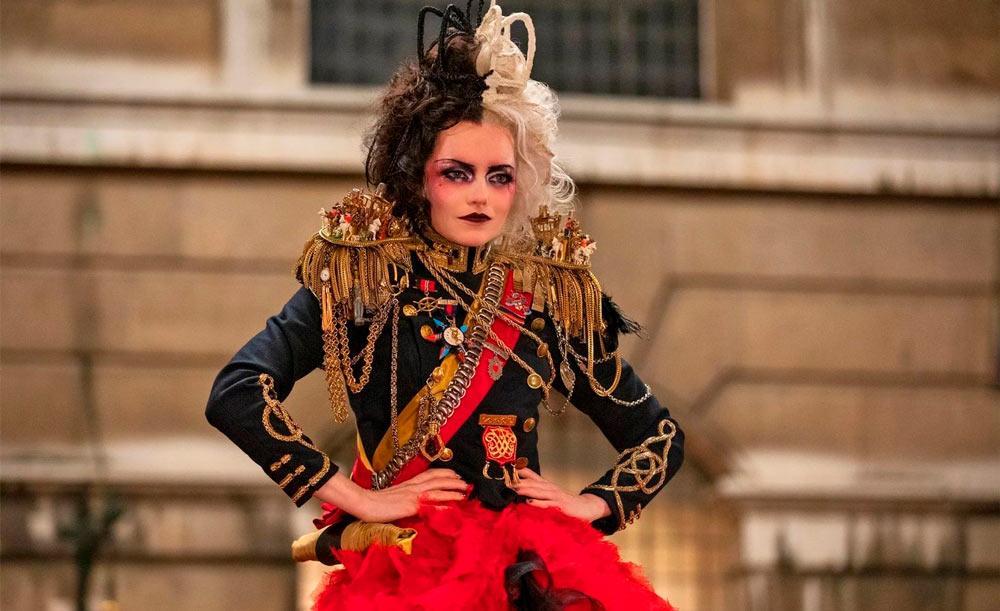 Protagonista é interpretada por Emma Stone, que tem como rival Emma Thompson