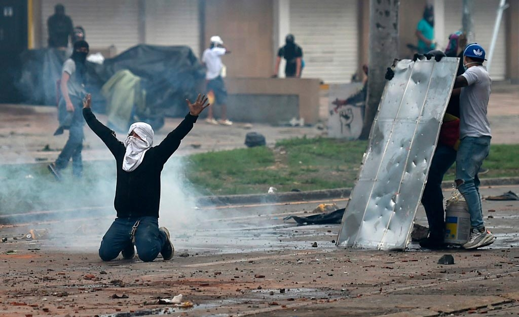 Manifestantes entram em choque com a polícia: abusos das forças de segurança