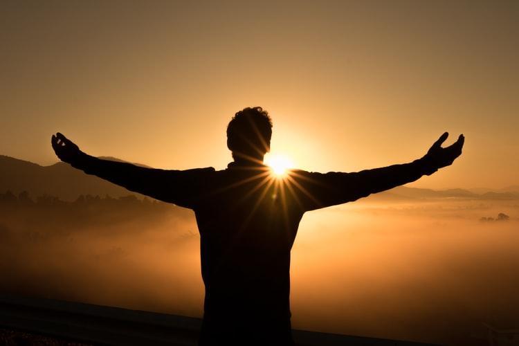 Deus se humaniza para elevar o humano à participação da vida divina