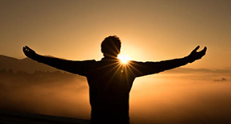 Deus se humaniza para elevar o humano à participação da vida divina (Unsplash/Zac Durant)