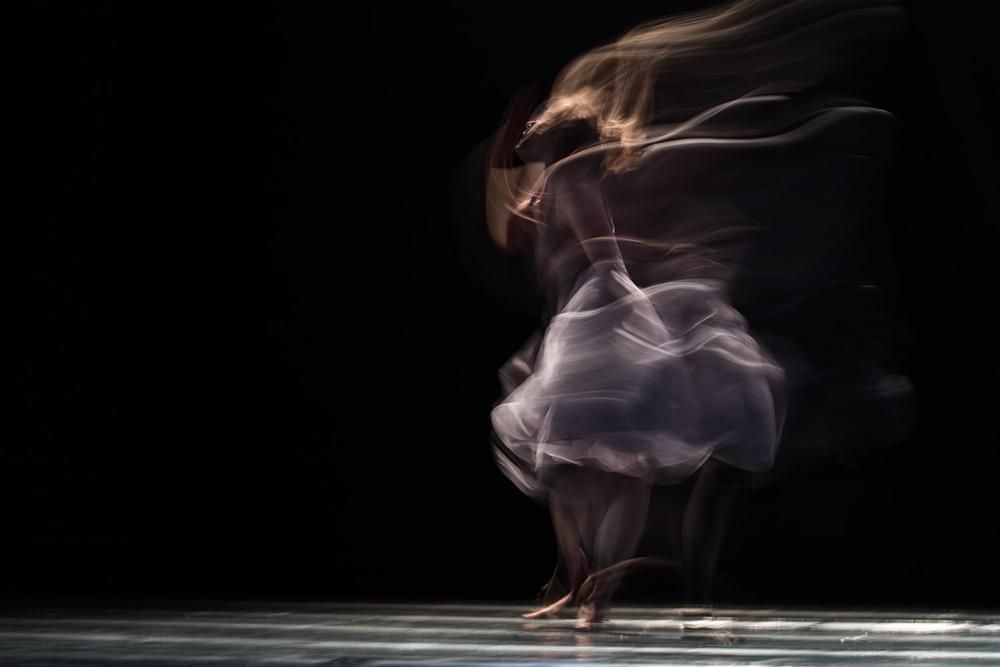 Na dança arranca-se o peso do corpo, pesando sobre o próprio corpo