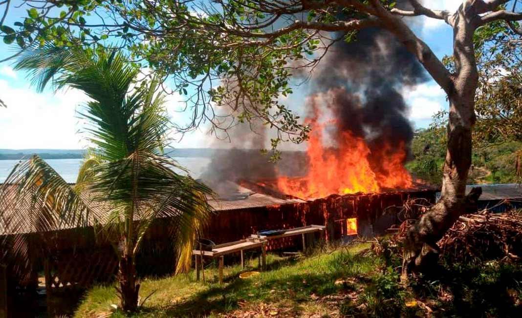 Casas de índios munduruku atacadas por invasores em escalada de violência no Pará