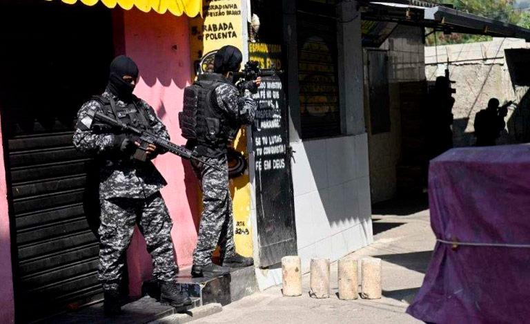 Policiais militares se posicionam durante a operação militar na comunidade do Jacarezinho, No Rio