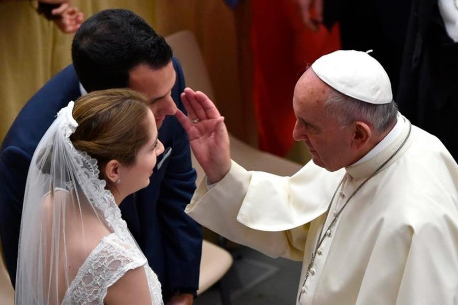 Francisco convida a rezar pelos jovens que se preparam para o matrimônio