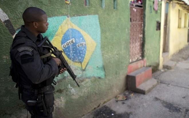 Integrante do Bope patrulha Favela do Jacarezinho, no Rio de Janeiro
