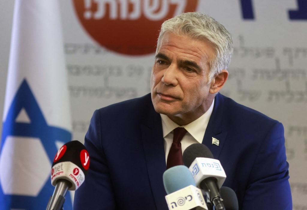 O líder do partido israelense Yesh Atid, Yair Lapid, dá uma declaração no escritório de seu partido no Knesset, o Parlamento de Israel, em Jerusalém em 7 de junho de 2021