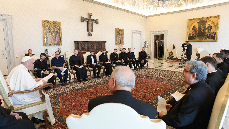 O Papa Francisco com os sacerdotes do Colégio de São Luís dos Franceses