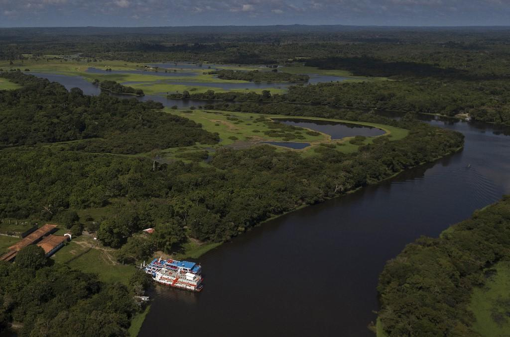 Vista aérea do barco hospital Papa Francisco atracado em um rio na divisa dos estados do Pará e Amazonas, no Brasil, em 5 de fevereiro de 2021