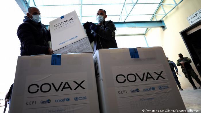 Iniciativa internacional foi criada para garantir o acesso de países mais pobres a vacinas contra a Covid-19, e nações mais ricas prometeram doar bilhões de doses