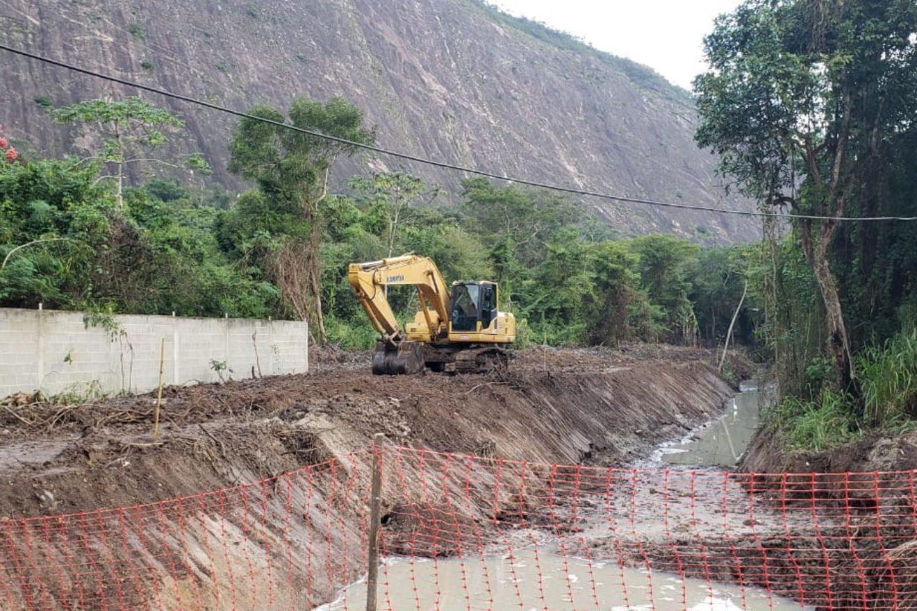 Obra de canalização do Rio Itaocaia, em Maricá, desmata e aterra áreas de preservação permanente. Poder público se cala