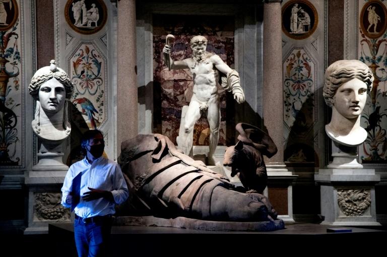Obra do artista britânico Damien Hirst, em meio a esculturas clássicas, na Galleria Borghese, em Roma, em 7 de junho de 2021