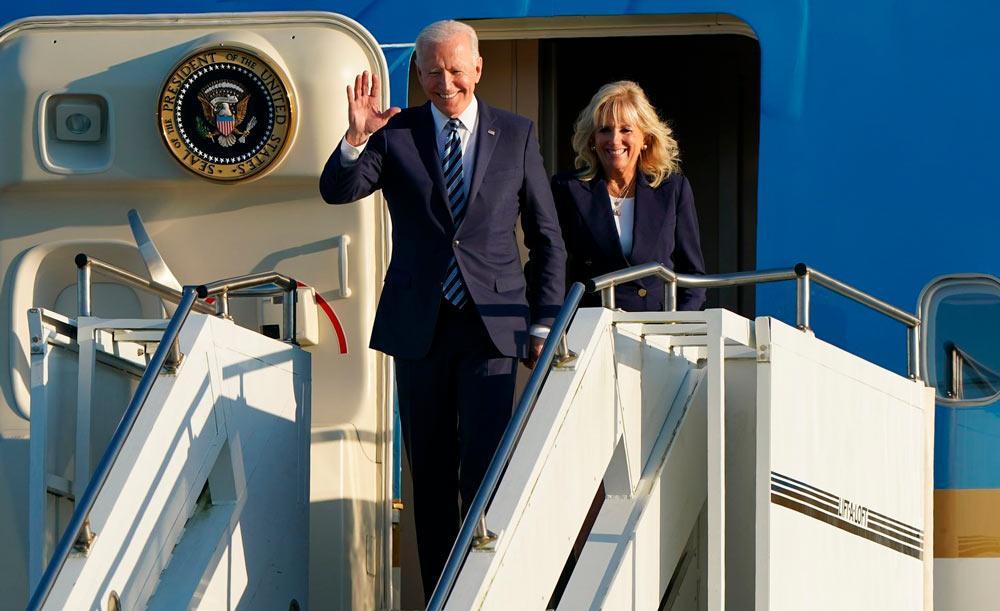 O presidente dos EUA Joe Biden e Jill Biden desembarcam na base aérea em Suffolk, no Reino Unido