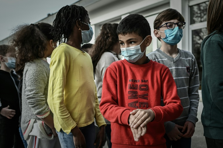 Crianças aguardam por controle de temperatura em escola de Bordeaux, França, em fevereiro