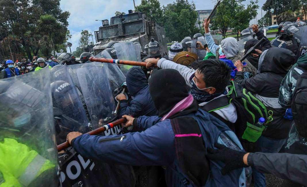 Manifestantes entram em confronto com as forças de segurança durante protesto em Bogotá
