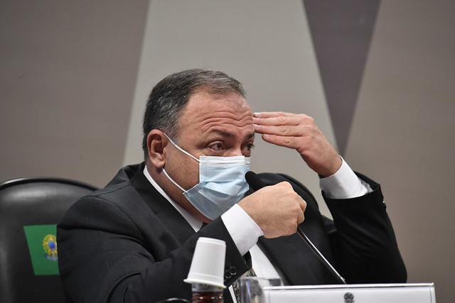 Senadores vão saber com quem Pazuello trocou ligações e mensagens