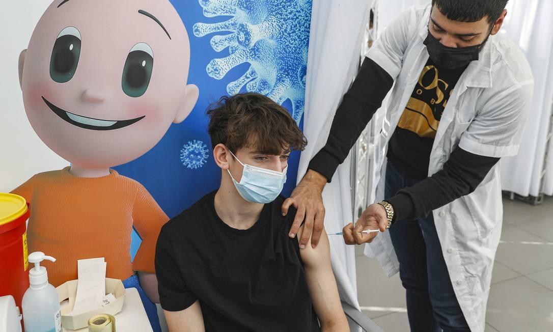 Adolescente de 16 anos recebe dose da Pfizer em Tel Aviv, Israel
