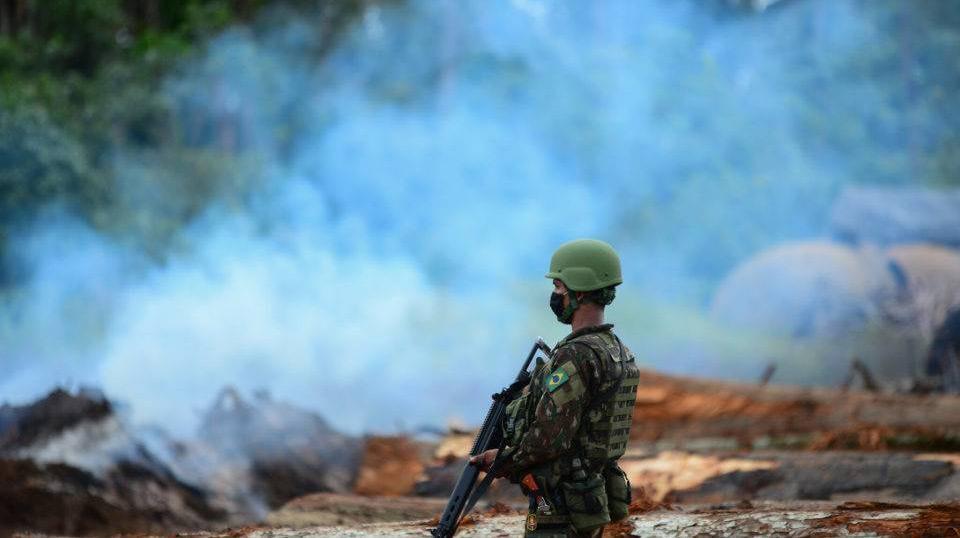 Aumento recorde de desmatamento e pressão internacional levaram o governo a retomar operações das Forças Armadas