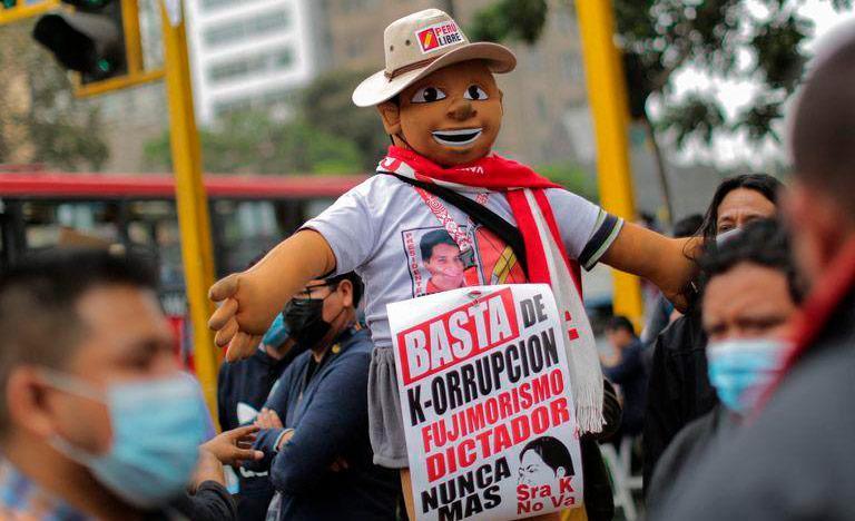 Apoiadores de Pedro Castillo saem às ruas para comemorar a vitória do candidato, com resultado ainda em suspenso
