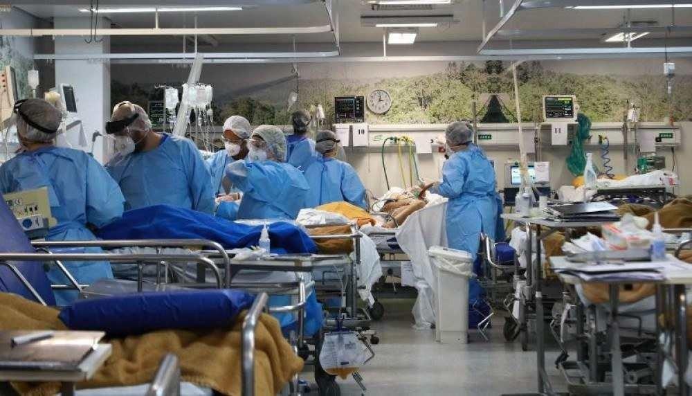 Os 70 leitos reservados para o município estavam ocupados e 14 pacientes estavam em leitos improvisados