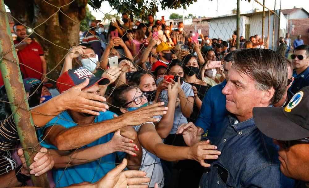 Sem máscara, presidente cumprimenta simpatizantes durante viagem a Anápolis