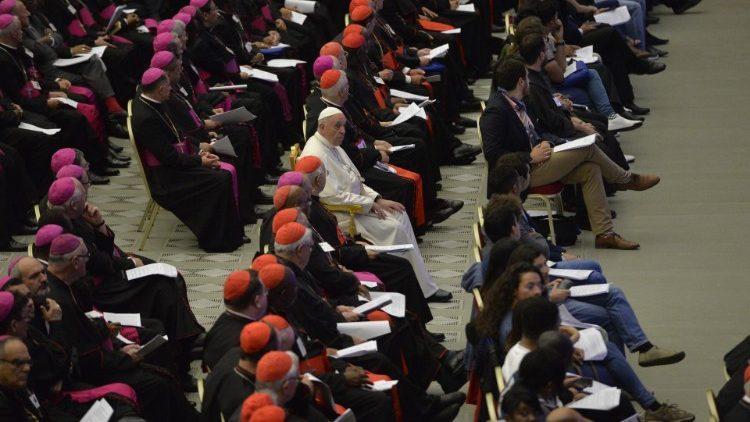Papa Francisco com os bispos e jovens