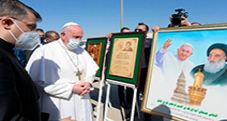 Papa Francisco durante a Viagem ao Iraque, no cartaz com o Grão Aiatolá Sayyid Ali Al-Husayni Al-Sistani, exemplo de fraternidade (Vatican Media)