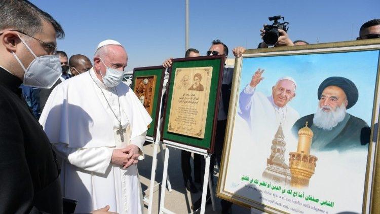 Papa Francisco durante a Viagem ao Iraque, no cartaz com o Grão Aiatolá Sayyid Ali Al-Husayni Al-Sistani, exemplo de fraternidade