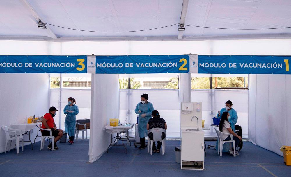 Posto de vacinação em Santiago: capital manterá restrições à população