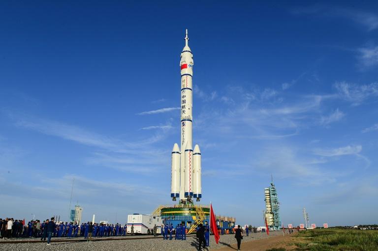 Um foguete Longa Marcha-2F levará a primeira tripulação à nova estação espacial chinesa
