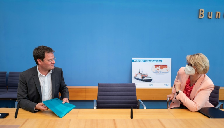 O cientista alemão Markus Rex (E) e a ministra da Educação da Alemanha, Anja Karliczek, após uma entrevista coletiva em Berlim