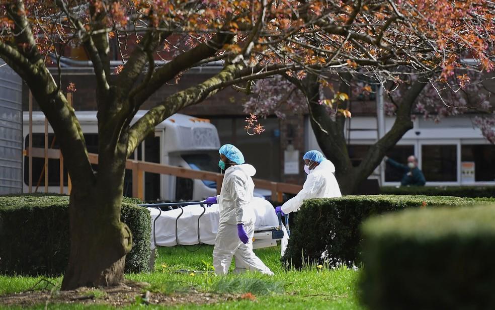 Funcionários transportam corpo de vítima do coronavírus no Kingsbrook Jewish Medical Center, em Nova York