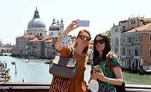 (Arquivo) Turistas na 'Ponte dell'Accademia', em Veneza, Itália (ANDREA PATTARO/AFP)