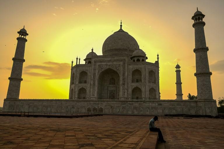 Vigia do Taj Mahal, em frente ao emblemático monumento indiano, ao amanhecer