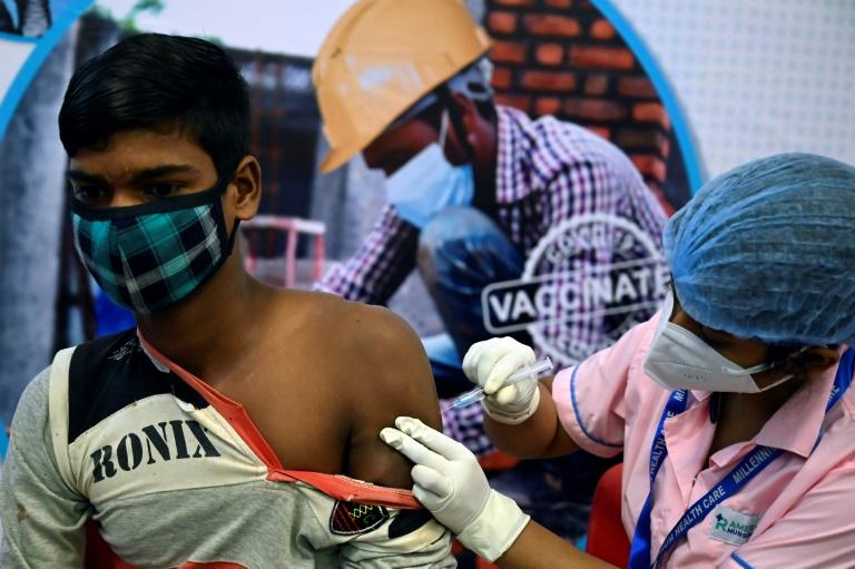 Vacinação contra a covid-19 em centro comercial de Calcutá, Índia