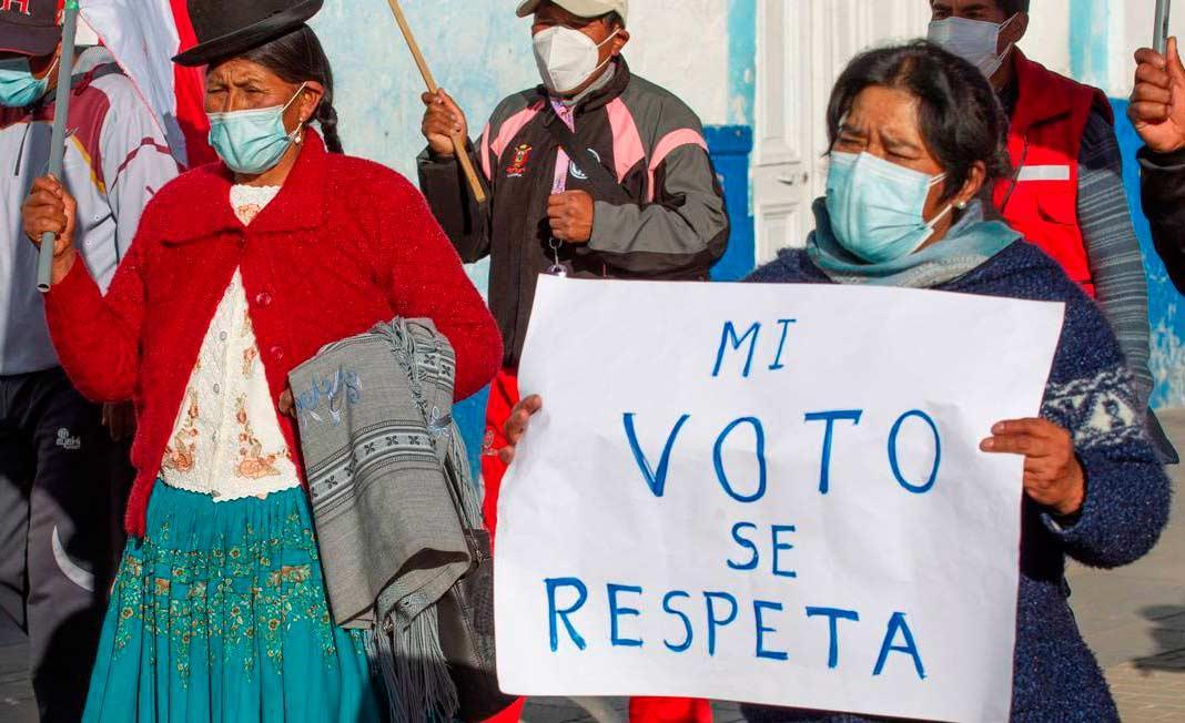 Partidários do candidato Pedro Castillo protestam em defesa do resultado das urnas