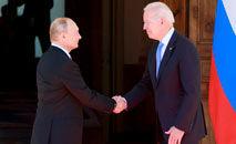 O russo Vladimir Putin e o americano Joe Biden se cumprimentam na Villa La Grange, em Genebra (Denis BalibouseAFP)