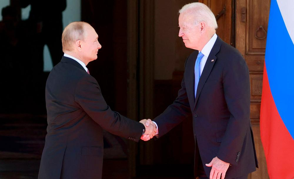 O russo Vladimir Putin e o americano Joe Biden se cumprimentam na Villa La Grange, em Genebra