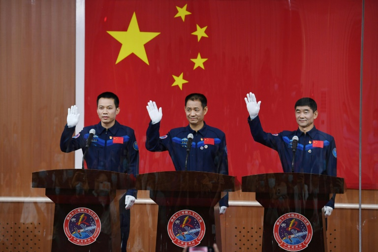 Os astronautas Nie Haisheng (C), Liu Boming (D) e Tang Hongbo em entrevista coletiva no centro de lançamento espacial de Jiuquan no deserto de Gobi, China, em 16 de junho de 2021