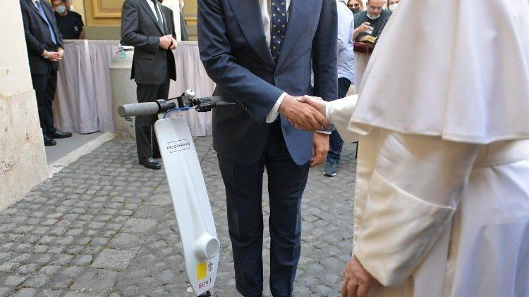 Francisco recebe o veículo elétrico para curtas distâncias, todo branco e com placa do Vaticano