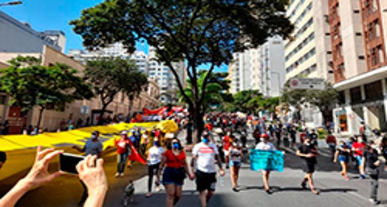 Brasileiros descontentes com a atual condução política, seguindo protocolos sanitários, se manifestam em cidades de todo o país. (Graziela Cruz)