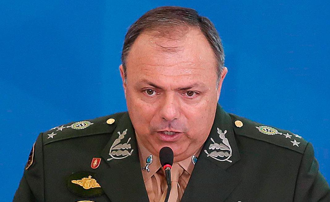 O general da ativa Eduardo Pazuello mantém cargo no governo mesmo após ato de indisciplina