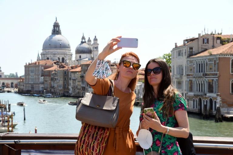 Turistas na Ponte dell'Accademia, em Veneza, Itália