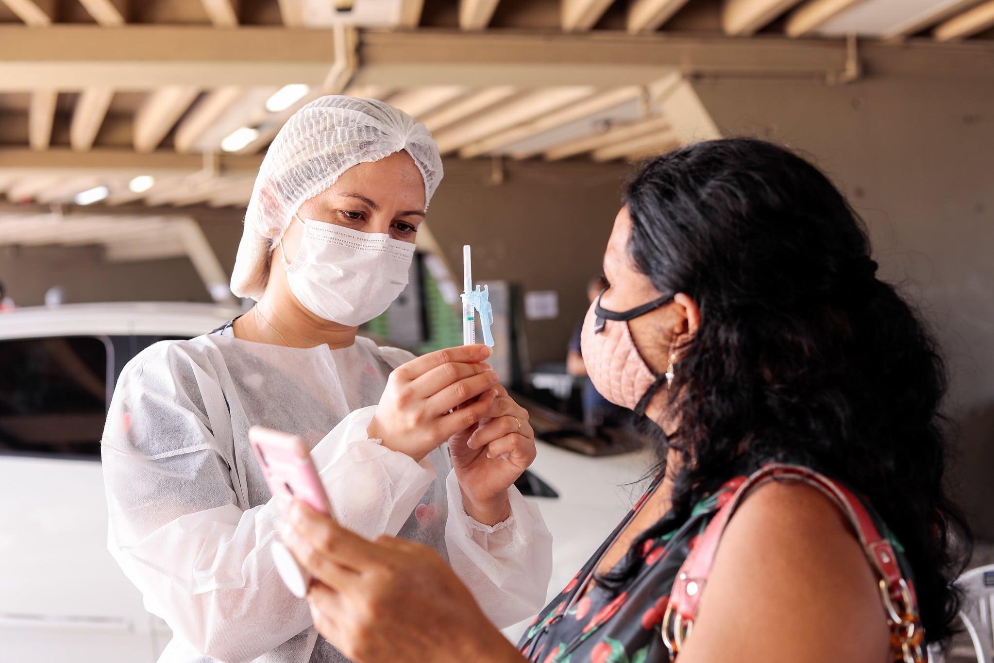 Vacinação continua lenta no Brasil, mas promessa é acelerar