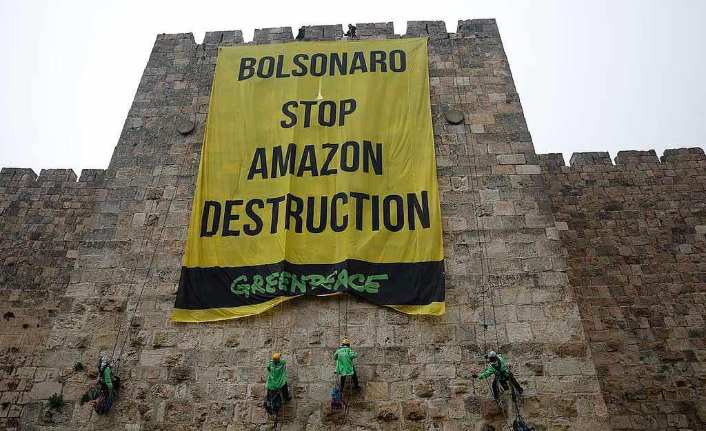Ativistas do Greenpeace fazem protesto em defesa da Amazônia na Europa