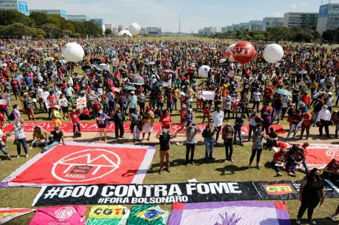 Gramado central da Esplanada dos Ministérios, em Brasília, foi tomado pelos manifestantes